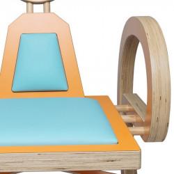 Zoom chaise ELENA design et tendance en bois, orange/turquoise