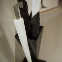 Porte-parapluie élégant et tendance, poignée en inox brossé, pied en bois, bac de récupération d'eau