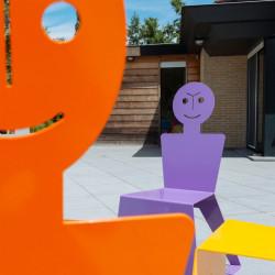Chaise pour l'extérieur en métal ludique, colorée et originale, couleur orange, couleur violet