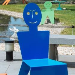 Chaise pour l'extérieur en métal ludique, colorée et originale, couleur bleu