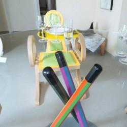 Table en verre de 1,40 m de diamètre sur un pied composé de crayons