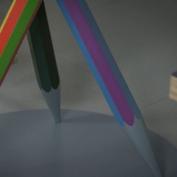 Pied de table composé de crayons